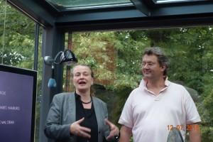 Anja Beecken und Peter-Henning Bigge haben gemeinsam den Einbau eines Theaters in die große Markthalle in Hamburg begleitet und uns dieses und viele andere interessante Projekte im Glashaus, dem Büro von Frau Beecken, vorgestellt.